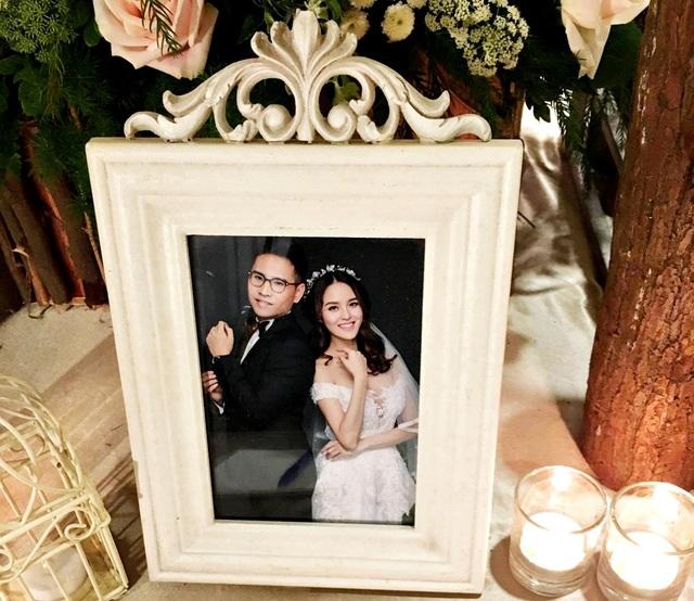 Những bức ảnh cưới được cặp đôi thực hiện trong studio.