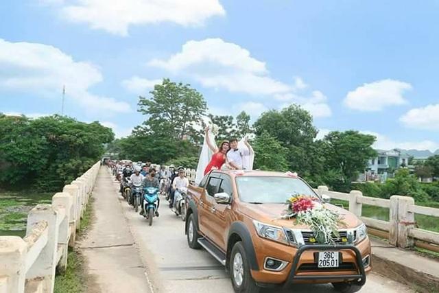 Đám cưới có hàng trăm người rước dâu