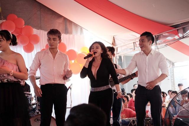 Diễn viên hài Lê Giang cũng lên sân khấu góp vui cùng với các đồng nghiệp khác chúc mừng đám cưới của Quán quân Cười xuyên Việt
