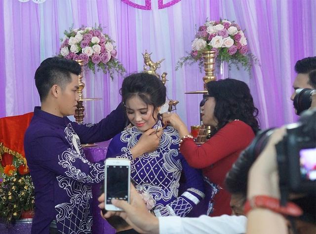 Cô dâu Lê Phương nhận quà cưới từ mẹ chú rể Trung Kiên