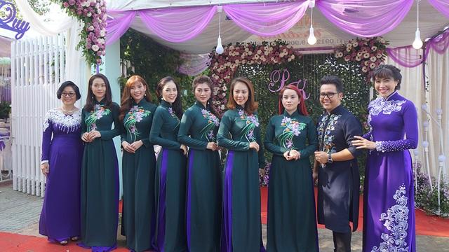 Dàn mâm quả đàn gái là những nữ diễn viên nổi tiếng, bạn bè thân thiết của cô dâu. Diễn viên Diệp Bảo Ngọc, Thúy Diễm, Dương Cẩm Lynh, Thanh Trúc, ca sĩ Sơn Ca, nhà thiết kế Minh Châu và MC Quỳnh Hoa.