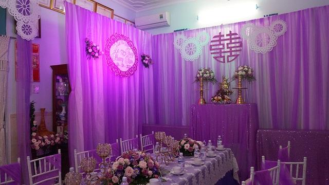 Không gian trong nhà để chuẩn bị cho buổi lễ chính thức sáng ngày 8/8 cũng được trang trí sắc tím vô cùng ấm cúng.
