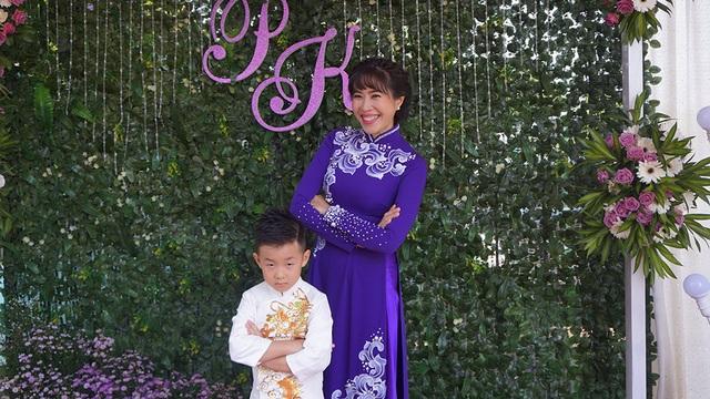 MC Quỳnh Hoa cũng là người đảm nhận phần MC cho buổi lễ, cô tạo dáng bên bé Cà Pháo, con trai Lê Phương.
