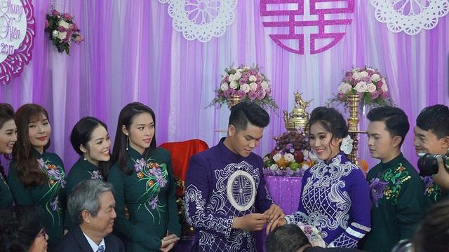 Trung Kiên đeo nhẫn cưới cho vợ trước sự chứng kiến của họ hàng và bạn bè