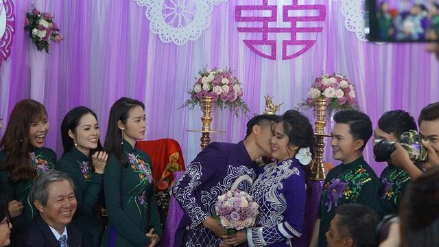 Trung Kiên dành nụ hôn tình cảm cho vợ