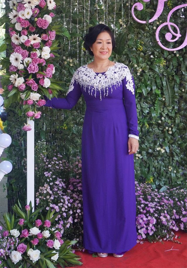Mẹ của diễn viên Lê Phương cũng chọn trang phục áo dài tím trong Lễ vu quy của con gái.