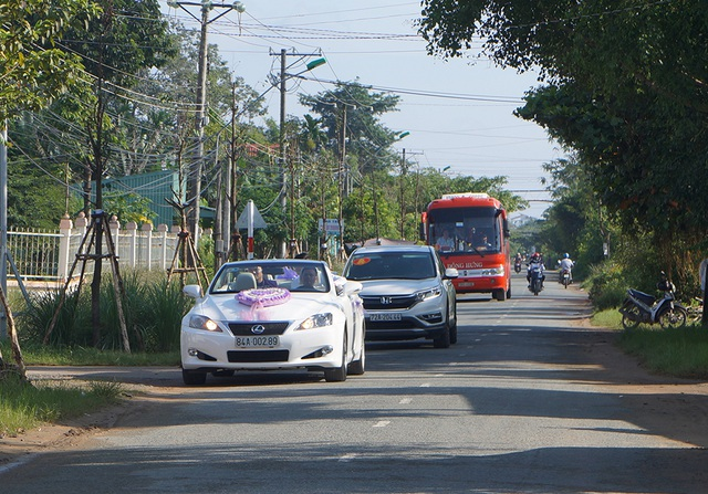 Đúng 8h, dàn xe của nhà trai đã xuất hiện trước cửa nhà cô dâu Lê Phương để làm lễ vu quy tại nhà gái.