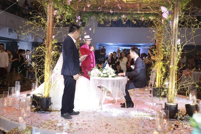 """Màn kí kết """"Hợp đồng hôn nhân"""" trong đám cưới của MC Thành Trung diễn ra tối qua 22/3 đã gây ấn tượng mạnh với khách cưới và công chúng. Rất nhiều điều khoản hài hước do cặp vợ chồng thảo ra khi được danh hài Xuân Bắc và Tự Long công bố đã khiến mọi người cười nghiêng ngả."""