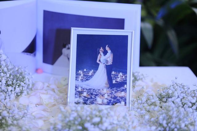 Những bức ảnh cưới đầy lãng mạn của cặp đôi được thực hiện tại Vịnh Hạ Long trưng bày trong tiệc cưới