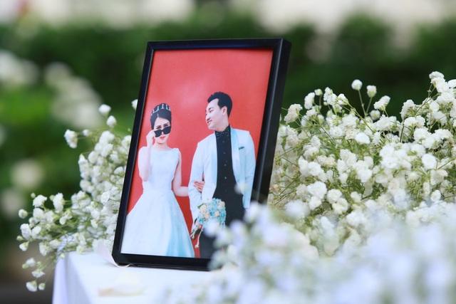 Không gian cưới được trang trí bằng hoa màu trắng