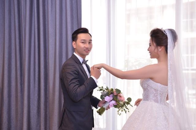 Nam MC hạnh phúc trong ngày cưới