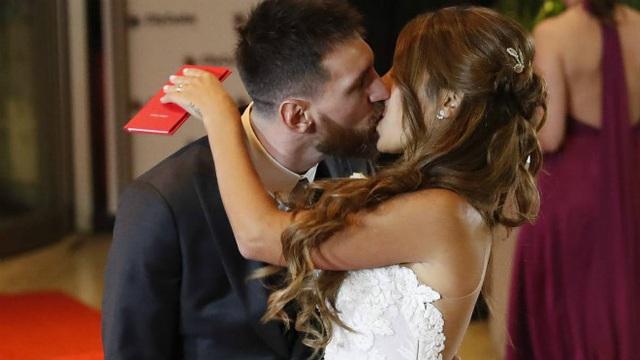 Messi ngượng ngùng khóa môi vợ trong lễ cưới