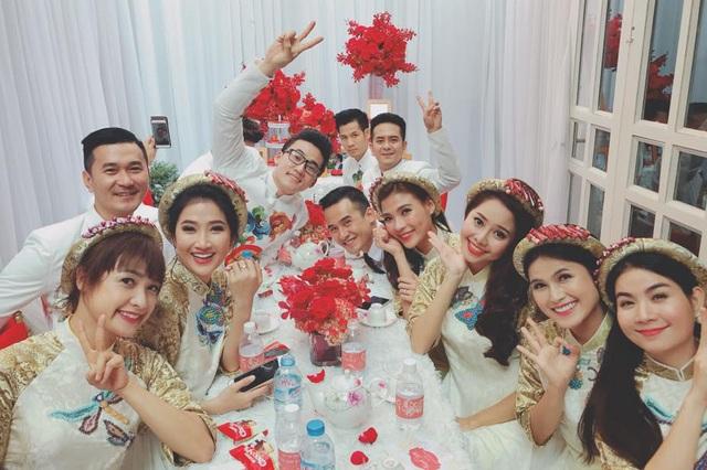 Tất cả đều mặc áo dài trắng, thêu hoa văn cầu kỳ trong không gian được trang trí 2 màu trắng và đỏ