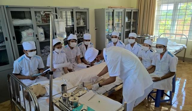 Sinh viên ngành y của trường Trung cấp Đam San trong giờ thực hành
