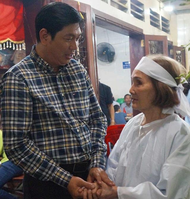 Trong tối ngày viếng đầu tiên, đạo diễn Đỗ Phú Hải đã có mặt suốt trong tang lễ, khi thì trò chuyện với vợ đạo diễn, khi thì ngồi một mình lặng lẽ.