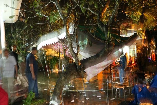 Tối ngày 18/11, do ảnh hưởng của cơn bão số 14 nên tại thị xã Tân An, tỉnh Long An cũng diễn ra cơn mưa lớn kèm với gió giật rất mạnh. Điều này khiến rạp che phía trước nơi diễn ra tang lễ bị đổ sập xuống.