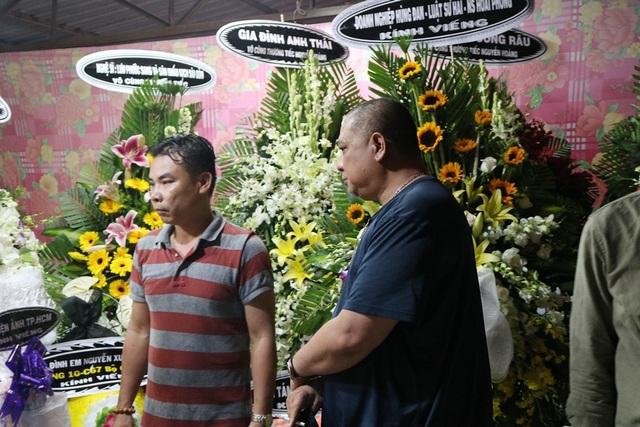 """Nhiều nghệ sĩ """"đội mưa"""" tới viếng diễn viên Nguyễn Hoàng - 5"""
