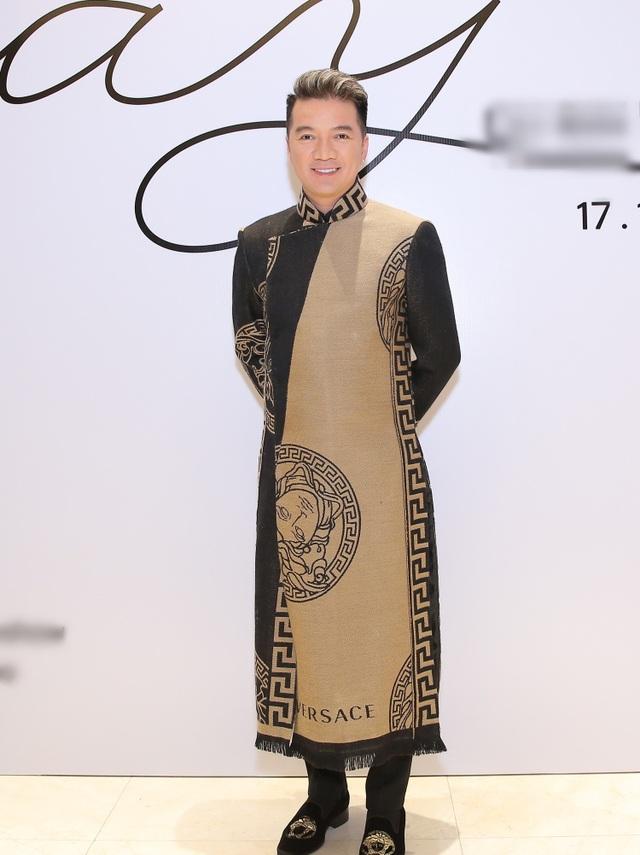 Nam ca sĩ Đàm Vĩnh Hưng với bộ áo dài sang trọng lịch lãm.