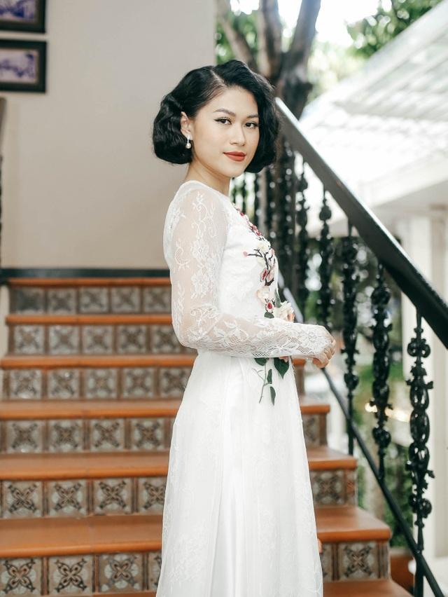 Diễn viên Ngọc Thanh Tâm với phong cách phụ nữ Sài Gòn xưa ủng hộ đàn anh thân thiết