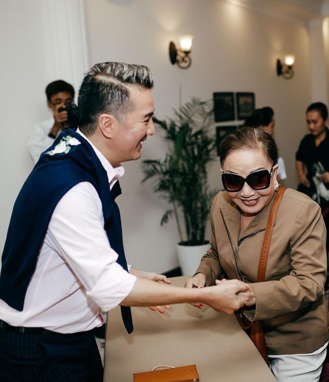 Nghệ sĩ Hồng Nga đến ủng hộ Đàm Vĩnh Hưng, bà cũng là một trong những nghệ sĩ trải qua thời kỳ hoàng kim của nghệ thuật Sài Gòn trong suốt mấy mươi năm qua.