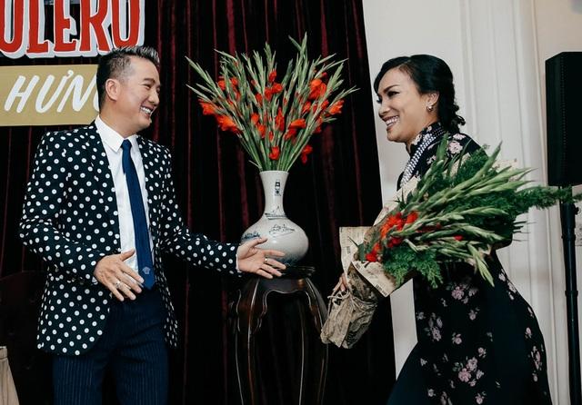 Hồng Ngọc vừa trở về từ Mỹ cách đây không lâu. Không chỉ chọn phong cách Sài Gòn xưa đến chúc mừng đàn anh, nữ ca sĩ tự tay chọn mua và mang tặng Đàm Vĩnh Hưng loại hoa mà anh yêu thích.