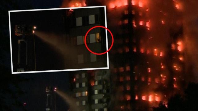 Nhiều người vẫn mắc kẹt trong tòa tháp bốc cháy và tìm cách ra hiệu với lực lượng cứu hộ. (Ảnh: Mirror)
