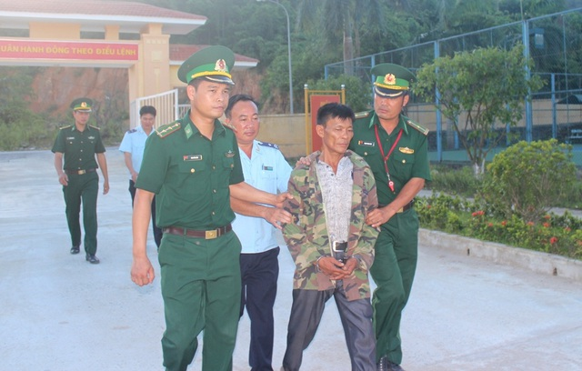 Lực lượng chức năng dẫn giải đối tượng Trần Đình Lộc về cơ quan điều tra
