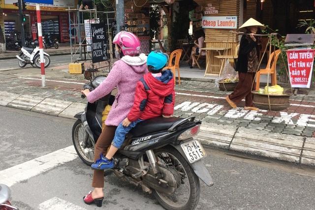 Mẹ và con cùng mặc áo ấm giữa mùa hè