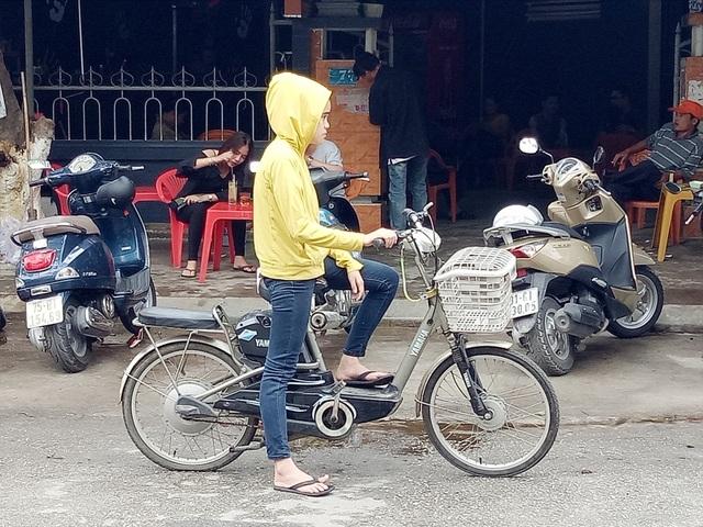 Từ người lớn đến người nhỏ hầu hết đều phải mặc áo ấm vì lạnh đột ngột - điều rất hiếm khi xảy ra tại Huế trước đây vào mùa hè