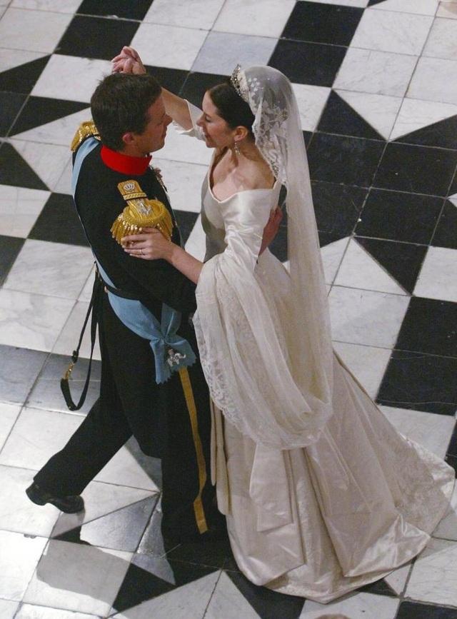 Thái tử Frederik và hôn thê Mary nhảy cùng nhau tại Cung điện Fredensborg ngày 14/5/2004 sau khi tổ chức đám cưới tại Nhà thờ Copenhagen, Đan Mạch. Công nương Mary Elizabeth Donaldson là một giáo viên kiêm quản lý truyền thông.