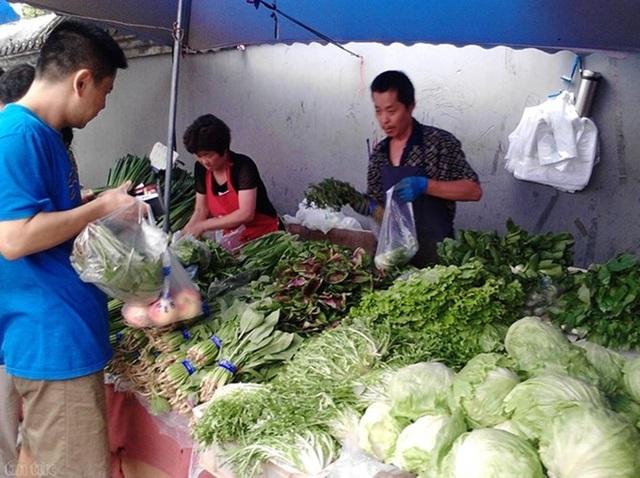 Đàn ông Việt đang năng đi chợ nhiều hơn trong đời sống hiện đại (ảnh minh hoạ)