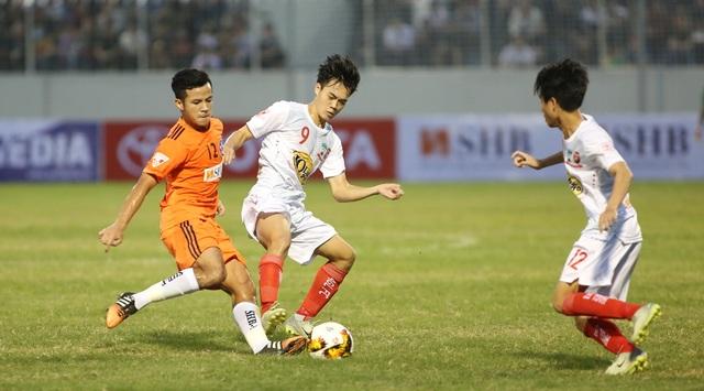 Văn Toàn (giữa) tranh bóng với cầu thủ của Đà Nẵng