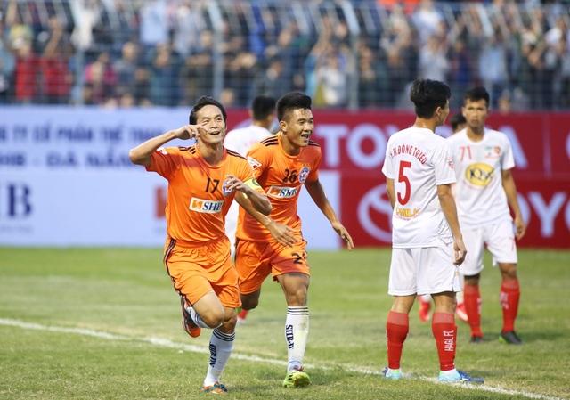 Các cầu thủ Đà Nẵng ăn mừng bàn thắng