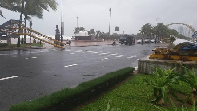 Cổng chào ven biển Đà Nẵng đổ sập trong bão (Ảnh: Khánh Hồng)