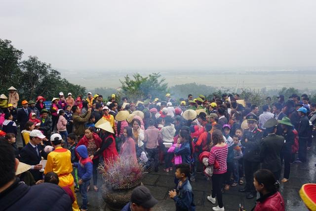 Người dân chen chân thụ lộc tại Khu lăng mộ bà Hoàng Thị Loan vào mùng 6 tháng Giêng năm nay.