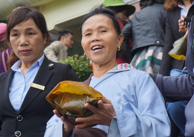 Niềm vui của phật tử khi được thụ lộc tại lễ dâng bánh chưng tri ân thân mẫu Bác Hồ.