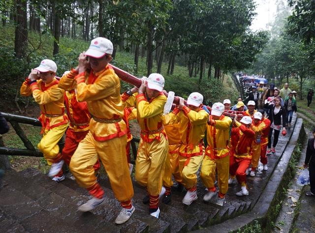 Đội mưa gánh cặp bánh chưng 700kg lên núi dâng thân mẫu Bác Hồ - 4
