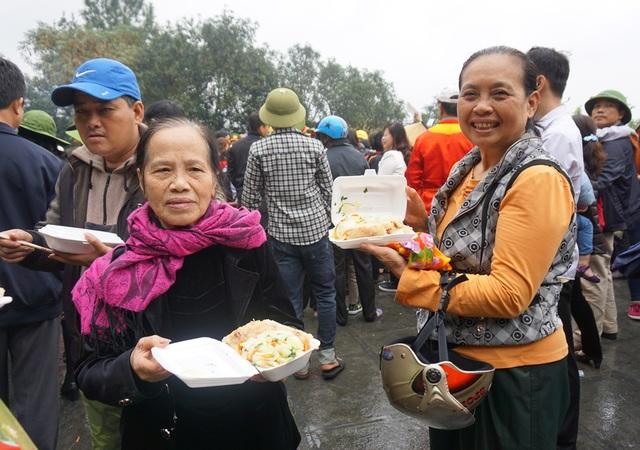 Đội mưa gánh cặp bánh chưng 700kg lên núi dâng thân mẫu Bác Hồ - 11