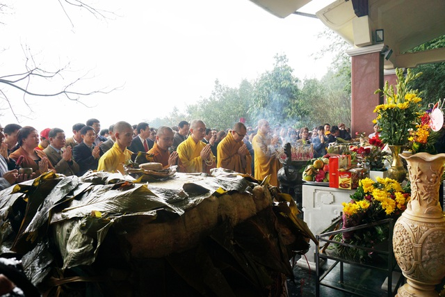 2 chiếc bánh chưng nặng 7 tạ được dâng lên anh linh bà Hoàng Thị Loan, thân mẫu Chủ tịch Hồ Chí Minh dịp đầu năm mới.