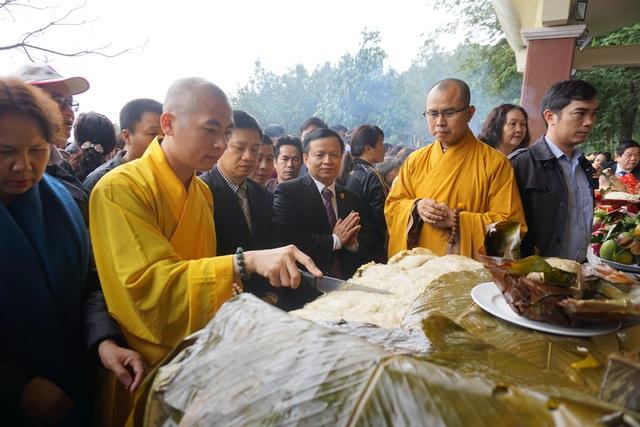 Sau nghi lễ dâng bánh, chiếc bánh được cắt chia cho du khách tới tham dự thụ lộc.