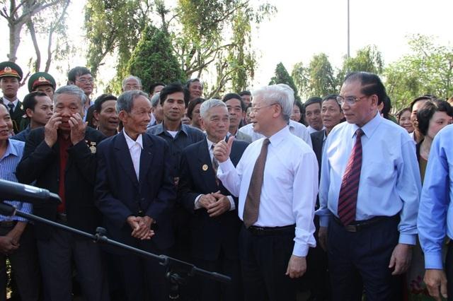 Tổng Bí thư trò chuyện với các vị lão thành cách mạng tại xã Triệu Thành