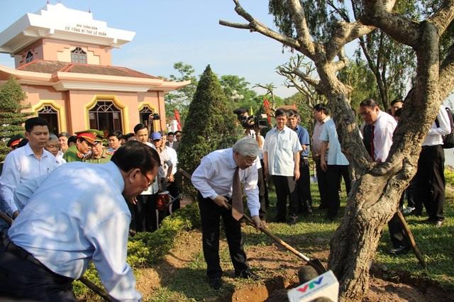 Hai vị lãnh đạo, nguyên lãnh đạo trồng cây xanh tại Khu lưu niệm cố Tổng bí thư