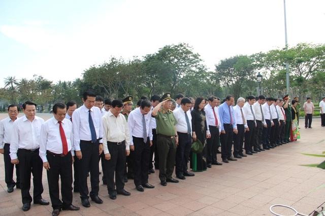 Các vị lãnh đạo Đảng, Nhà nước đã dành phút mặc niệm tưởng nhớ công lao của các anh hùng, liệt sĩ