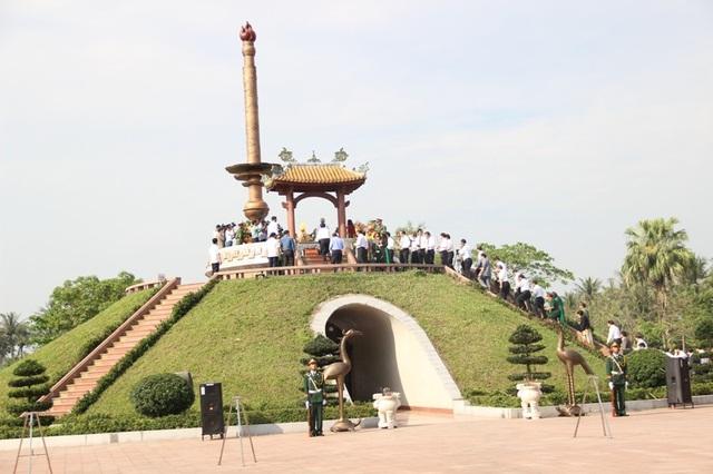 Tổng Bí thư Nguyễn Phú Trọng dâng hương tưởng nhớ cố Tổng Bí thư Lê Duẩn - 8