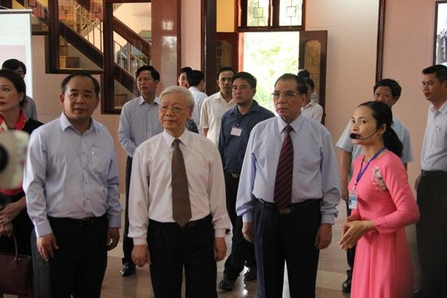 Tổng Bí thư Nguyễn Phú Trọng, nguyên Tổng Bí thư Nông Đức Mạnh cùng đoàn đi thăm khu lưu niệm.