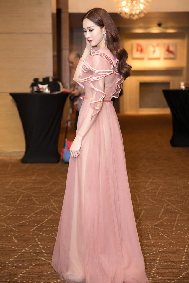 Người đẹp xuất hiện trong trang phục voan nữ tính và dịu dàng