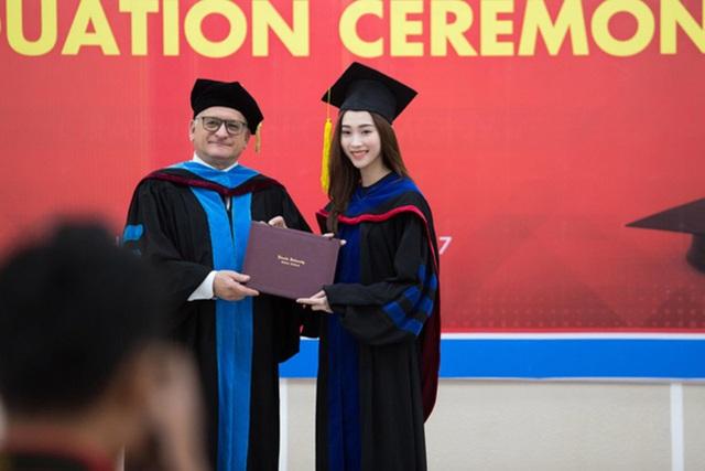 Sáng 25/3, Hoa hậu Đặng Thu Thảo đã chính thức nhận bằng tốt nghiệp Đại học tại Viện Đào tạo Quốc tế. Người đẹp chia sẻ, cô không khỏi bồi hồi pha lẫn chút xúc động khi cầm tấm bằng Đại học.