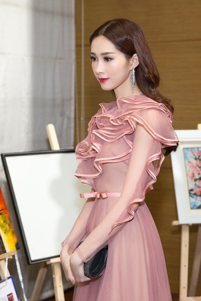 Không chỉ đóng góp với vai trò đại sứ, hoa hậu Việt Nam 2012 còn tham gia đấu giá vật phẩm để phần nào giúp các trẻ em bị tật sứt môi và hở hàm ếch lấy lại nụ cười bình thường.