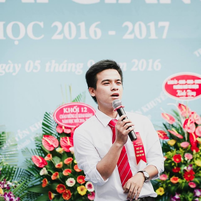 """Thầy giáo Đặng Xuân Chất - tác giả bài hát chế đang gây """"xôn xao"""" cộng đồng học sinh."""