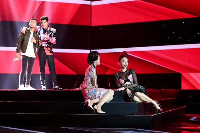 """Đông Nhi và Tóc Tiên """"nằm dài"""" trên sân khấu để lấy sự chú ý từ chàng trai này."""